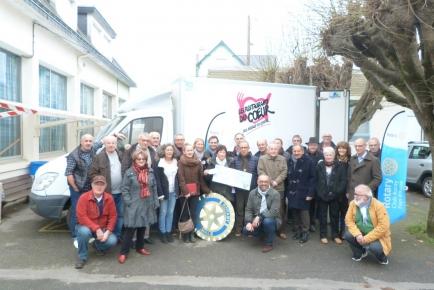 Le nouveau camion entouré des Bénévoles et des Donateurs